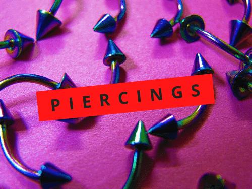 Imagem com vários piercings coloridos