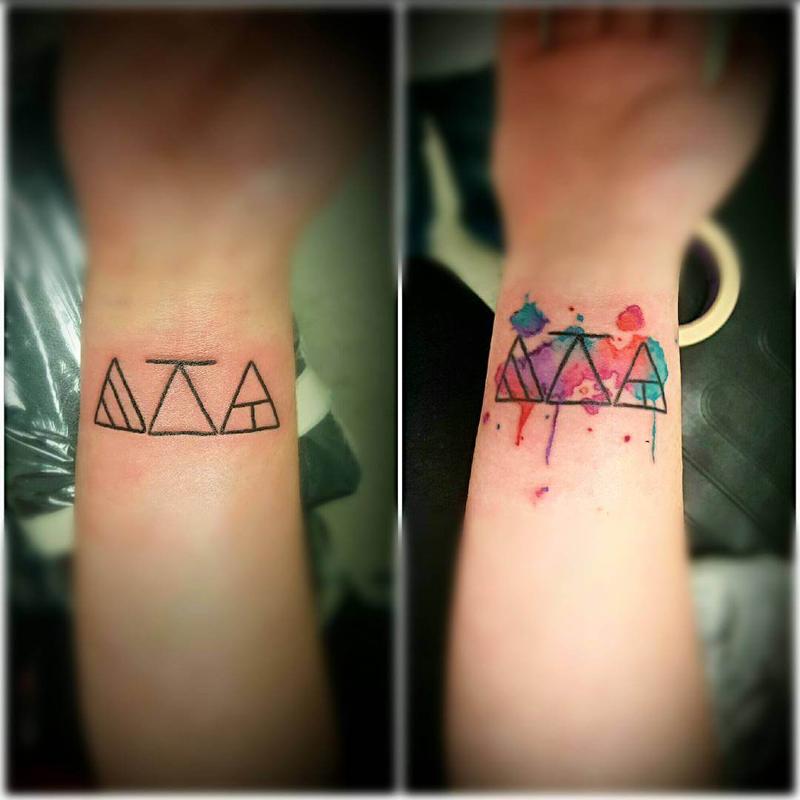 Glifos coloridos no braço