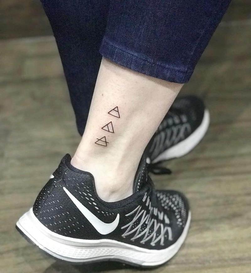 tatuagens simbolos glifo na perna