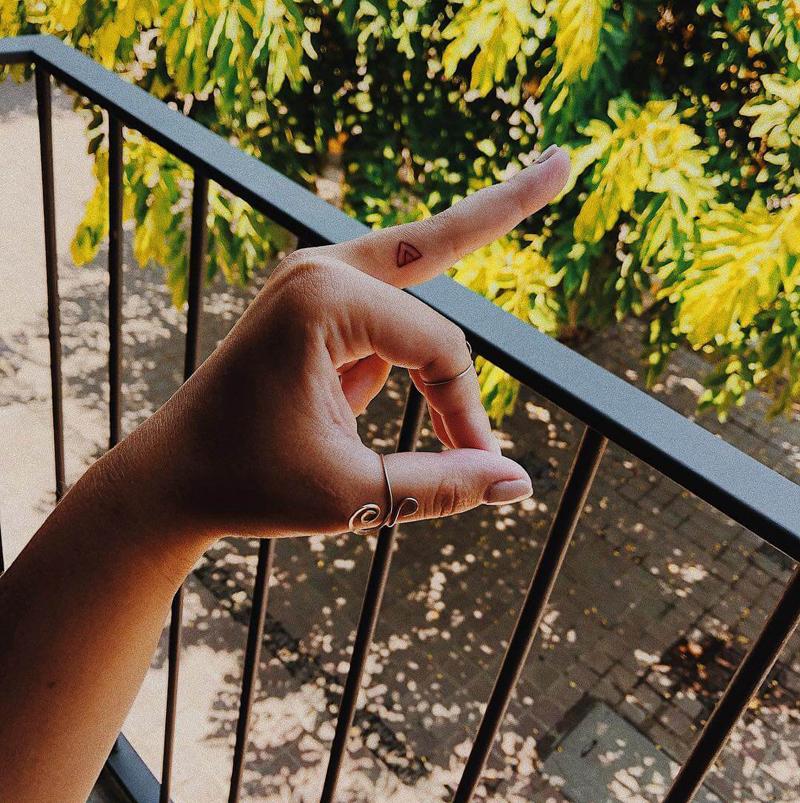 Tatuagem no dedo glifo