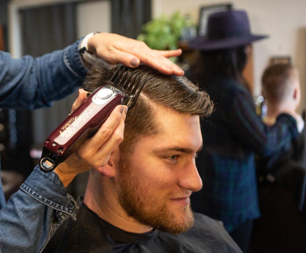 homem cortando o cabelo em salão
