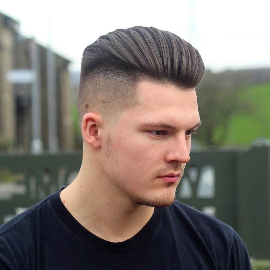 homem com cabelo penteado para trás