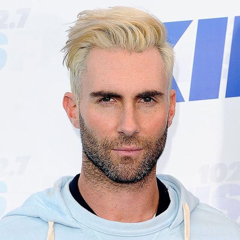 Adam Levine com cabelo platinado