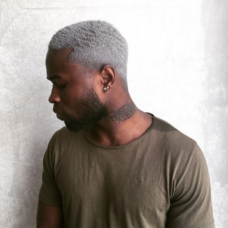 cabelo platinado homem negro