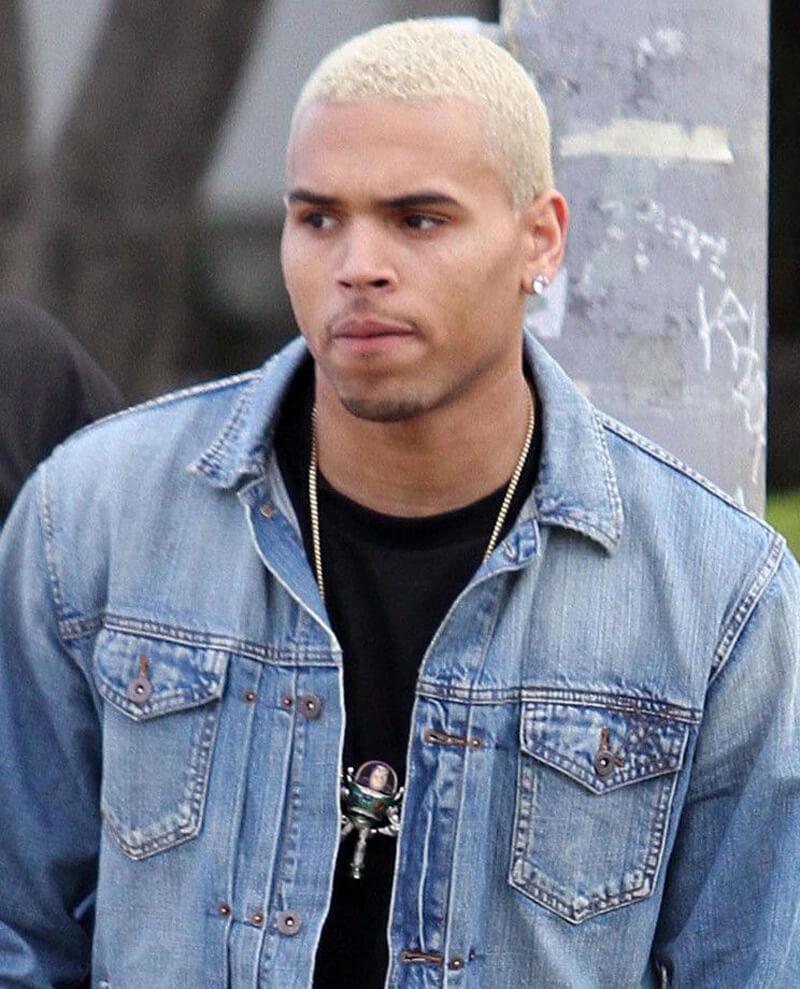 Chris Brown com cabelo platinado
