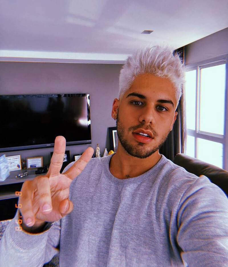 Ze Felipe com cabelo platinado